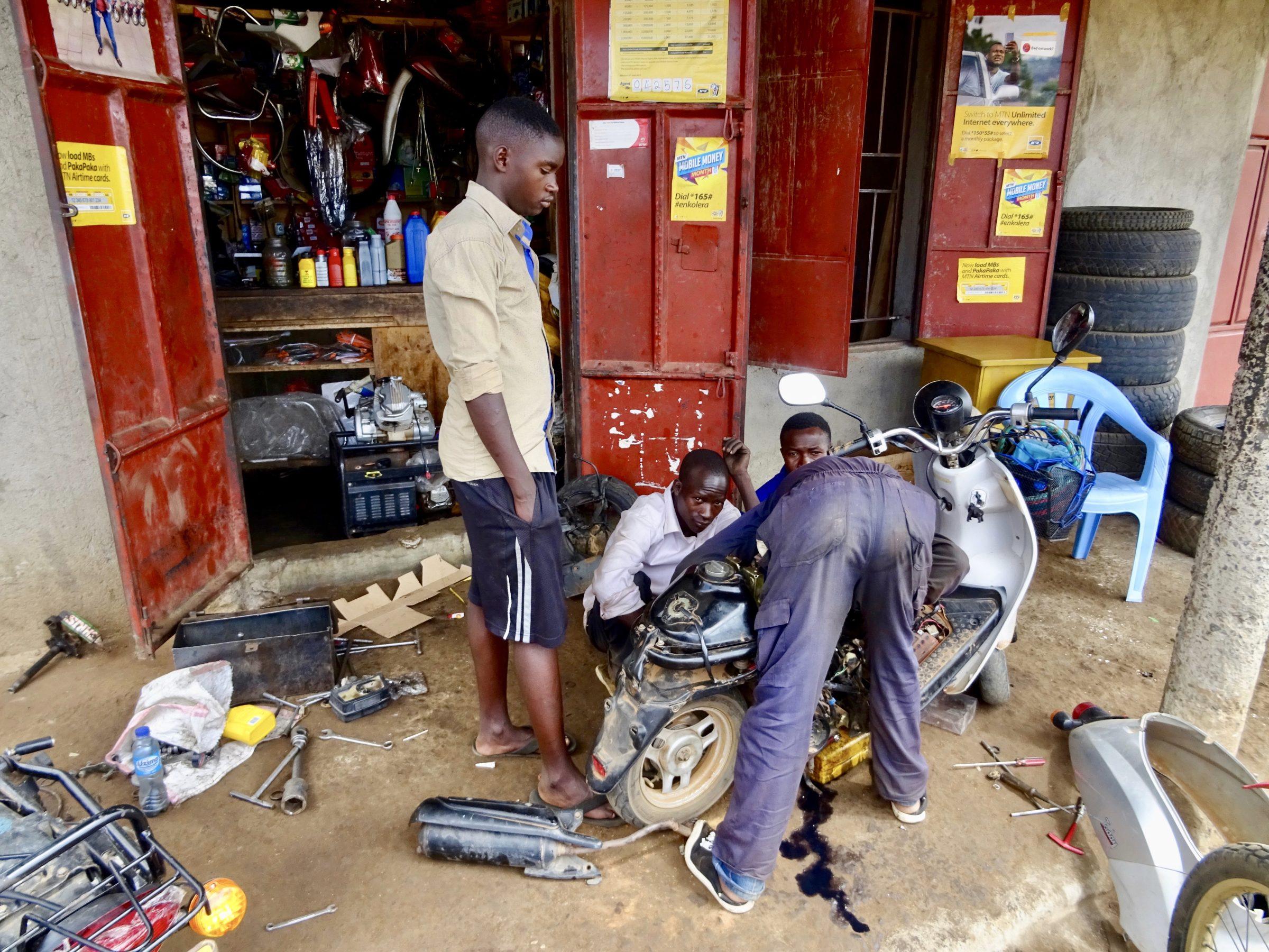 De reparatie van mijn scooter is in volle gang in Moroto