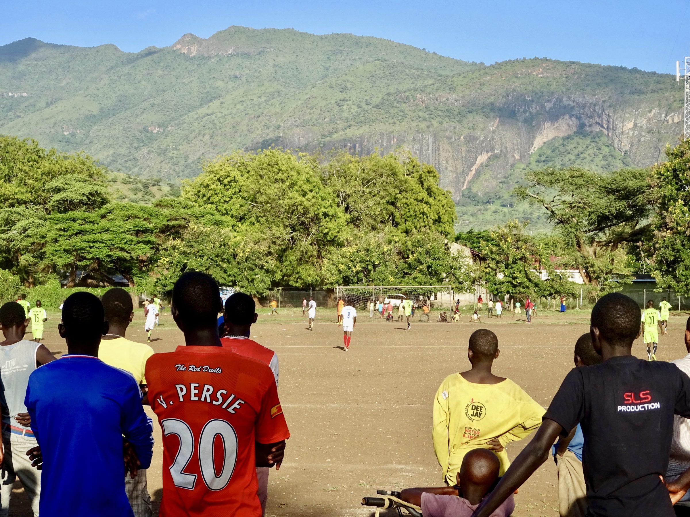 v. Persie kijkt aandachtig naar een potje voetbal in Moroto