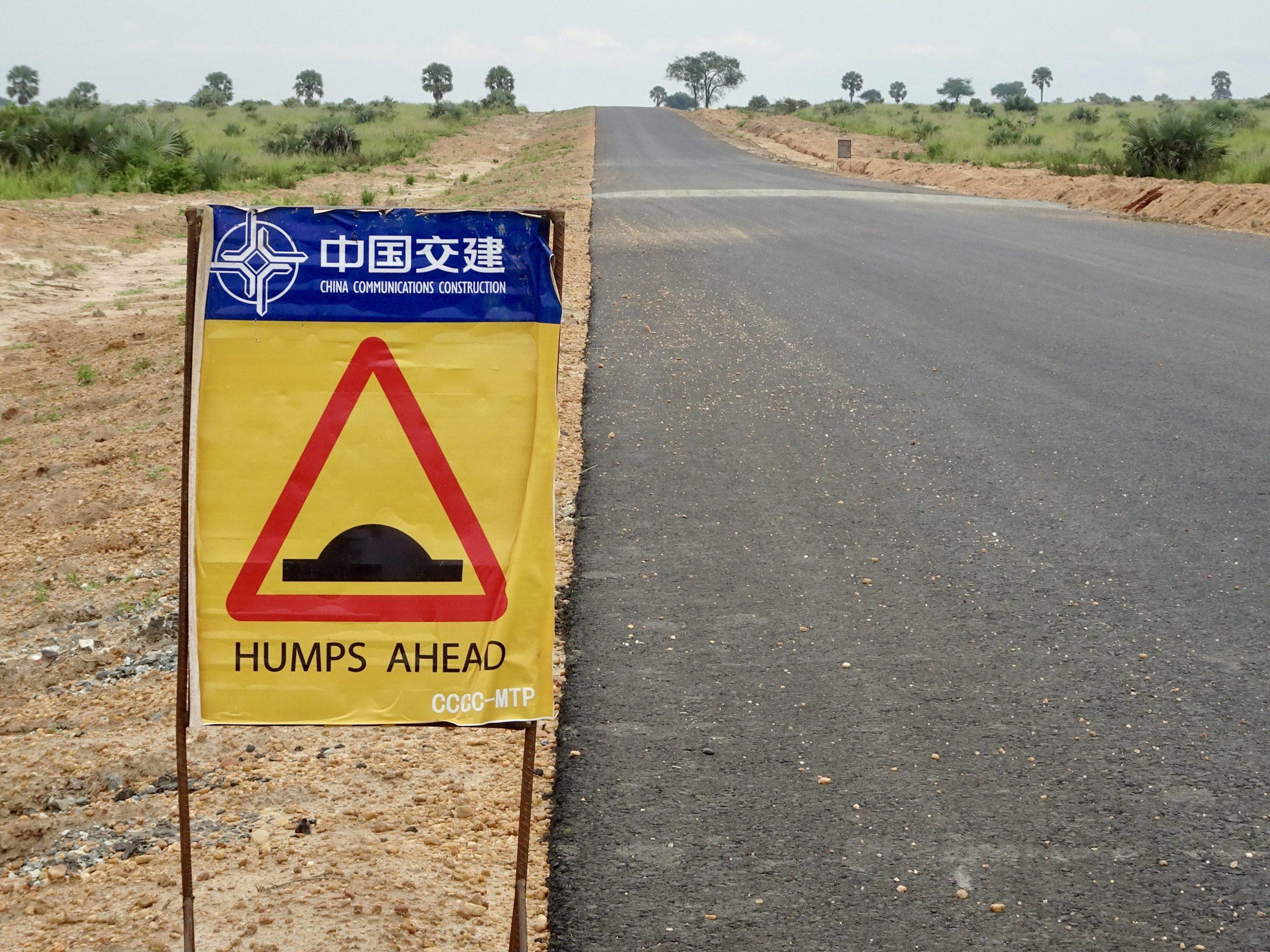 De 'snelweg' door Murchison Falls NP met verkeersdrempels incluis Chinese tekst