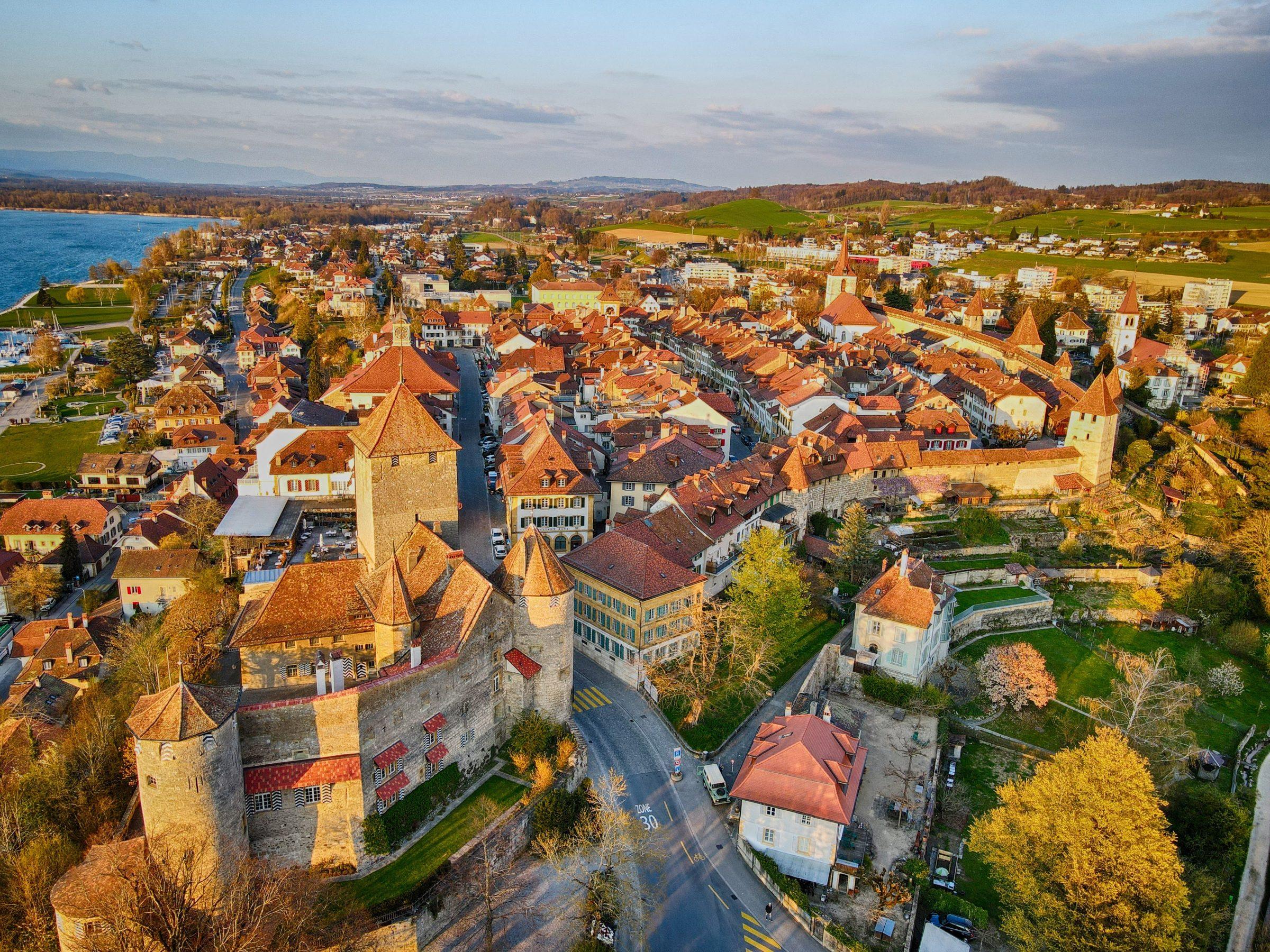 Het oude kasteel en de stadsmuur van Murten