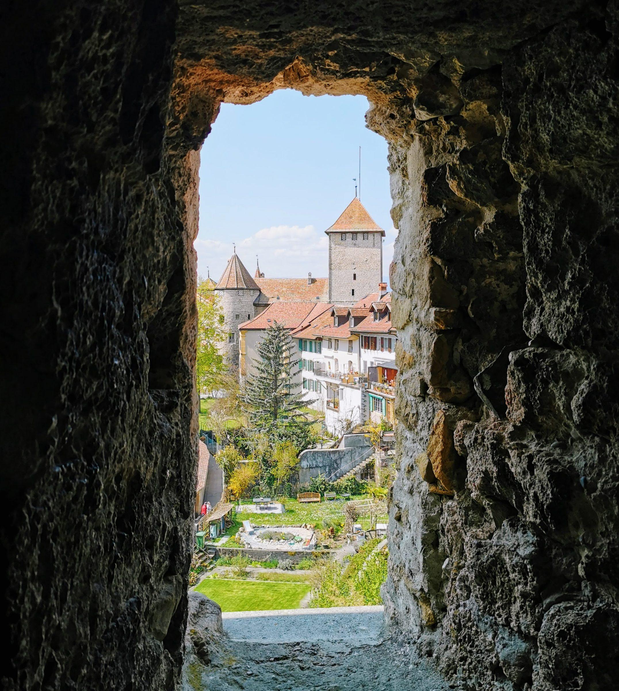 Het oude kasteel van Murten vanaf de zuidelijke stadsmuur