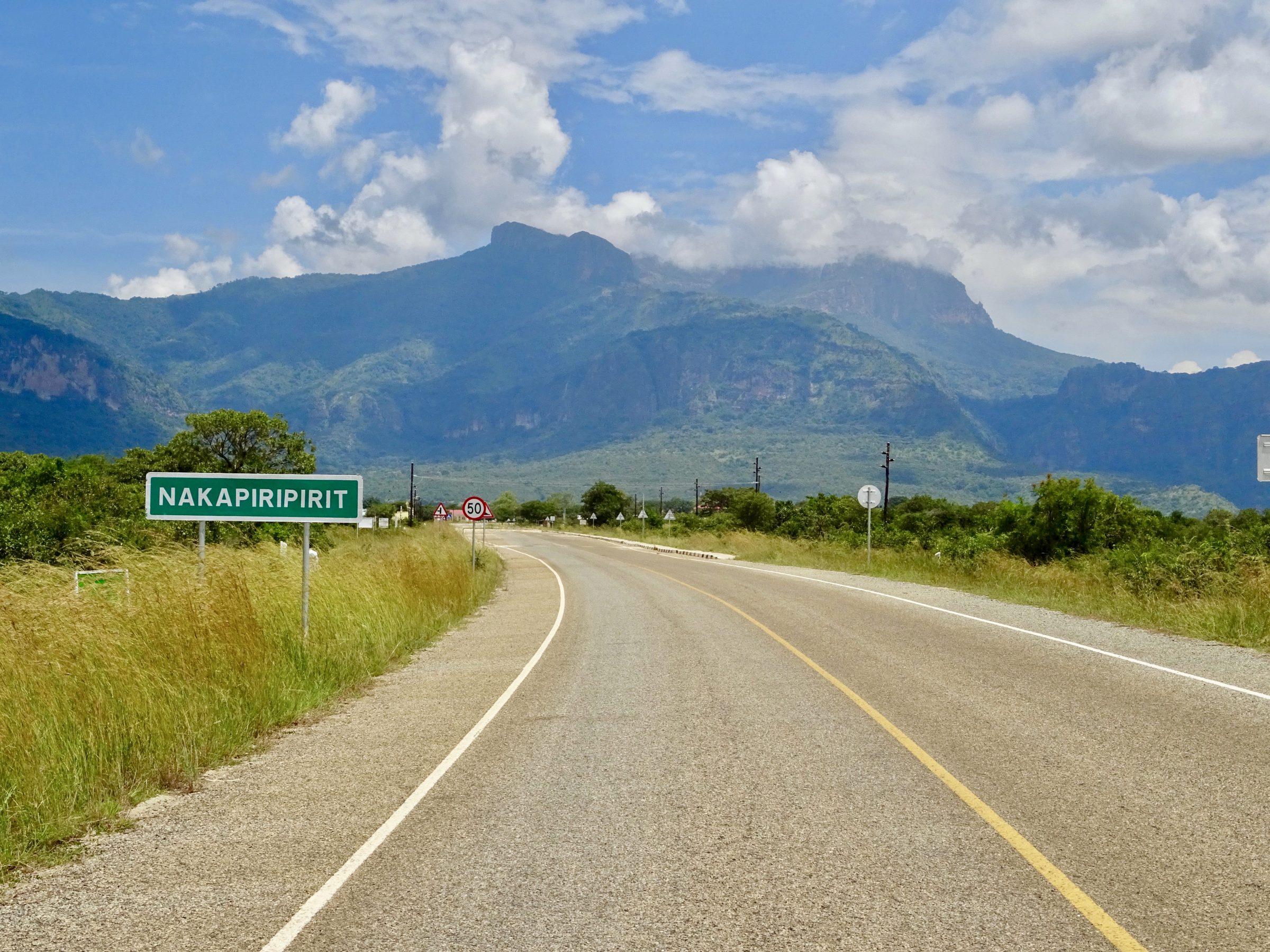 De asfaltweg van Moroto naar Nakapiripirit