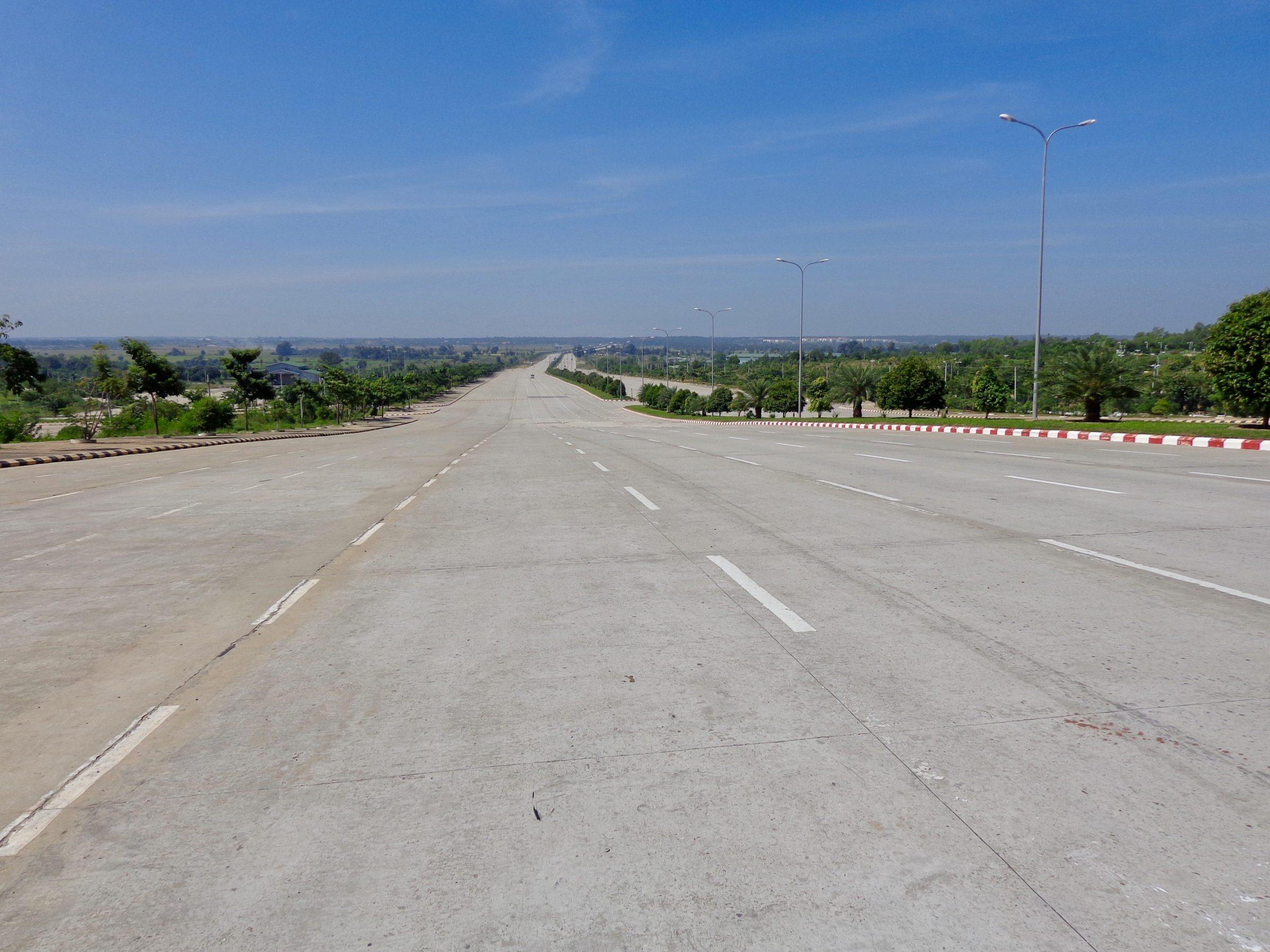 De lege hoofdweg in Naypidaw telt 8 rijstroken aan weerszijden