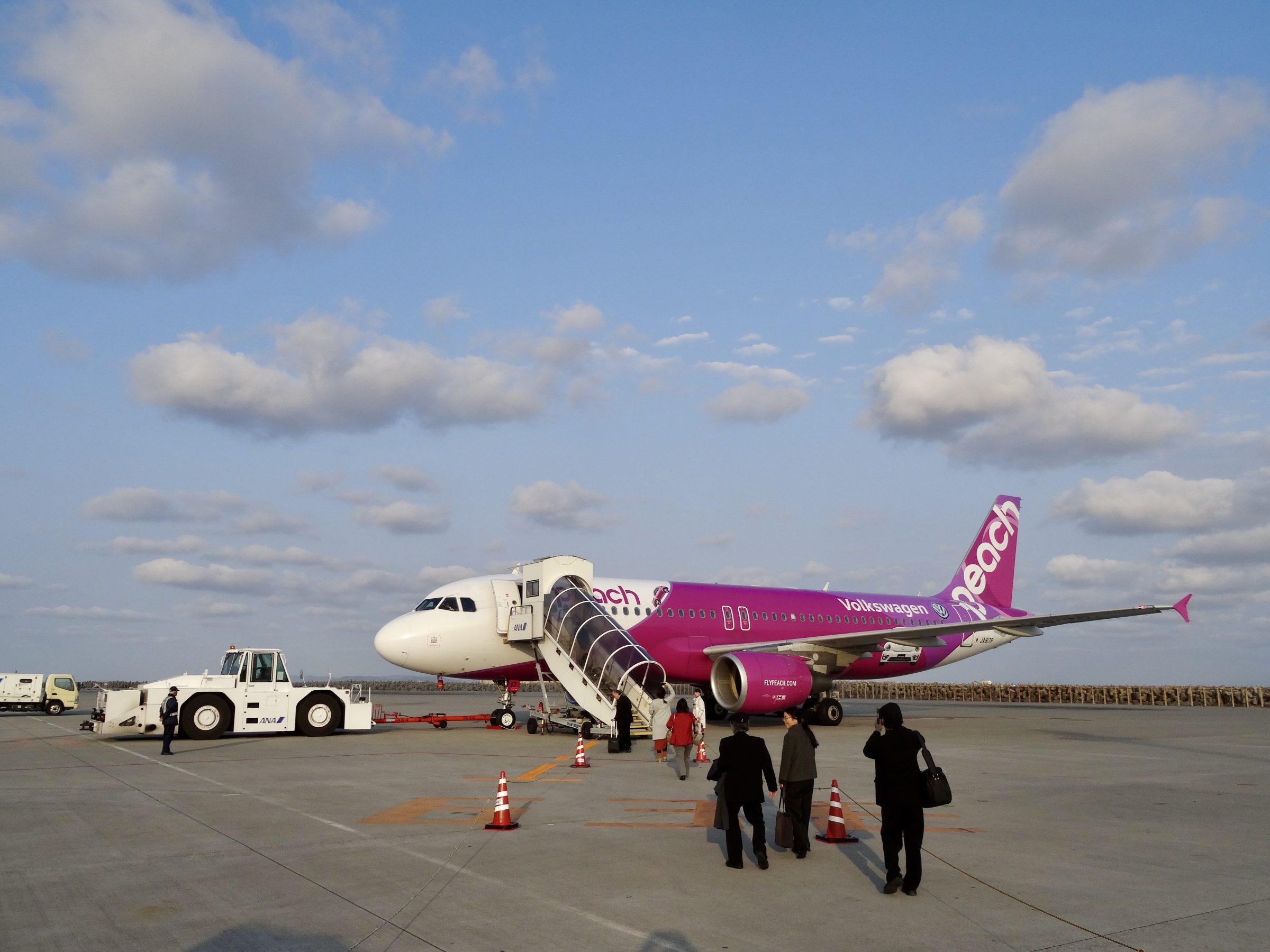 Toestel van budgetmaatschappij Peach Aviation op Naha Airport, Okinawa