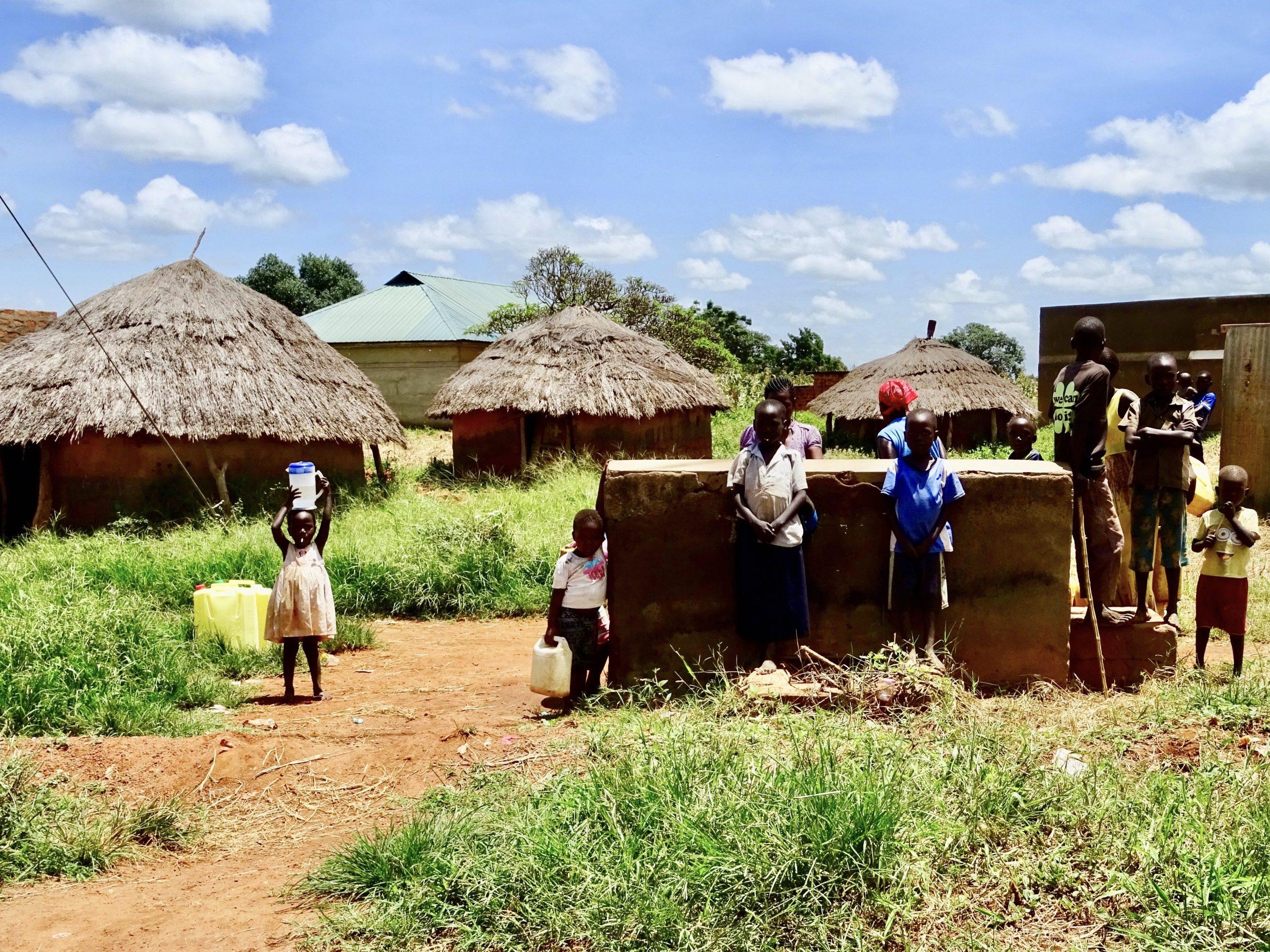 Kinderen halen water in Namokoro