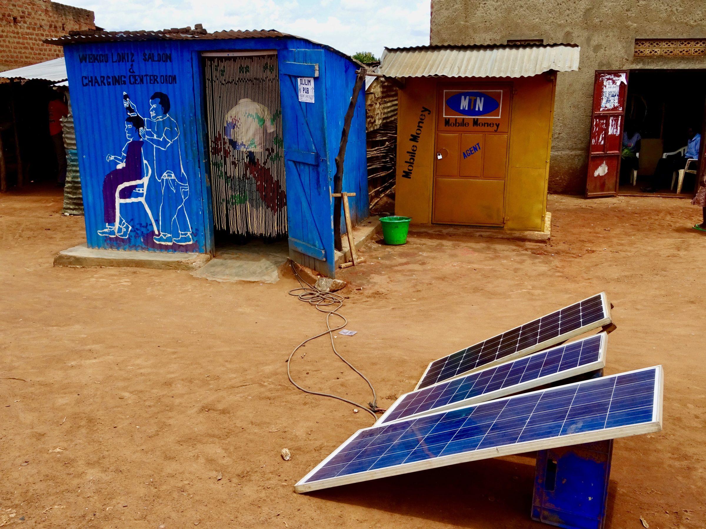 Een duurzame kapper annex laadstation voor mobieltjes in Orom