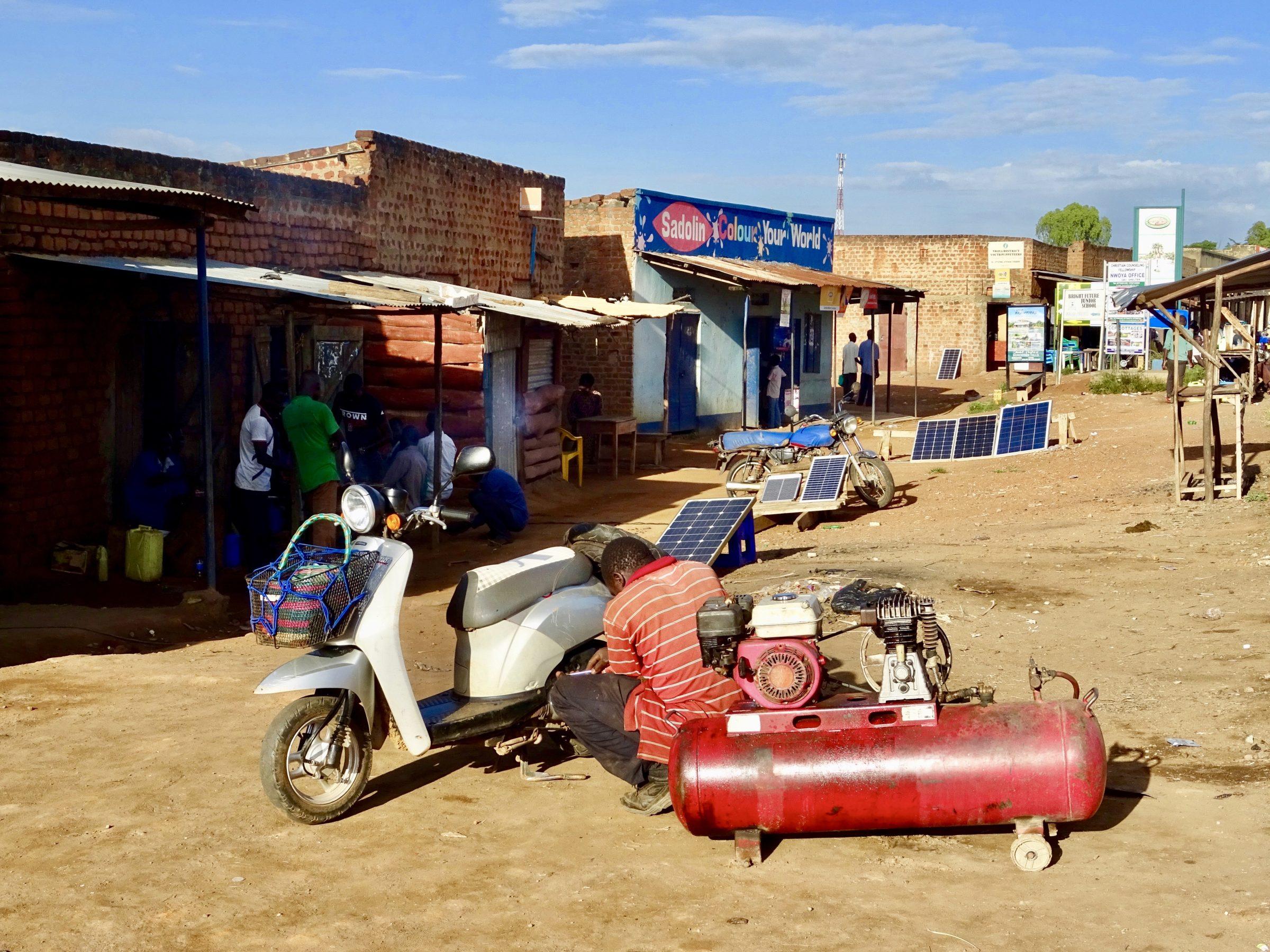 Kleine reparatie aan de scooter in Purongo