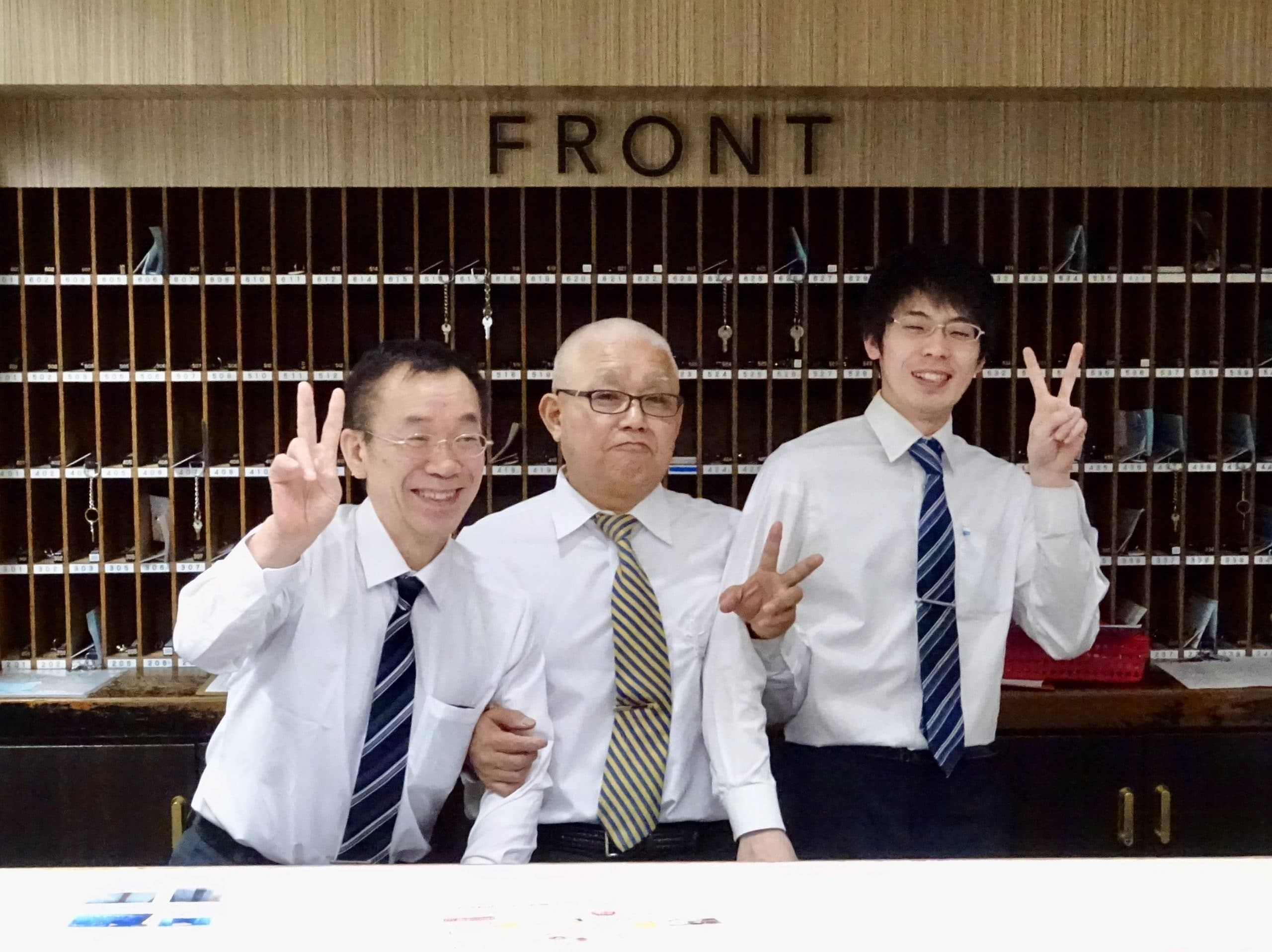 Vrolijke receptionisten van Capsule Inn Sapporo
