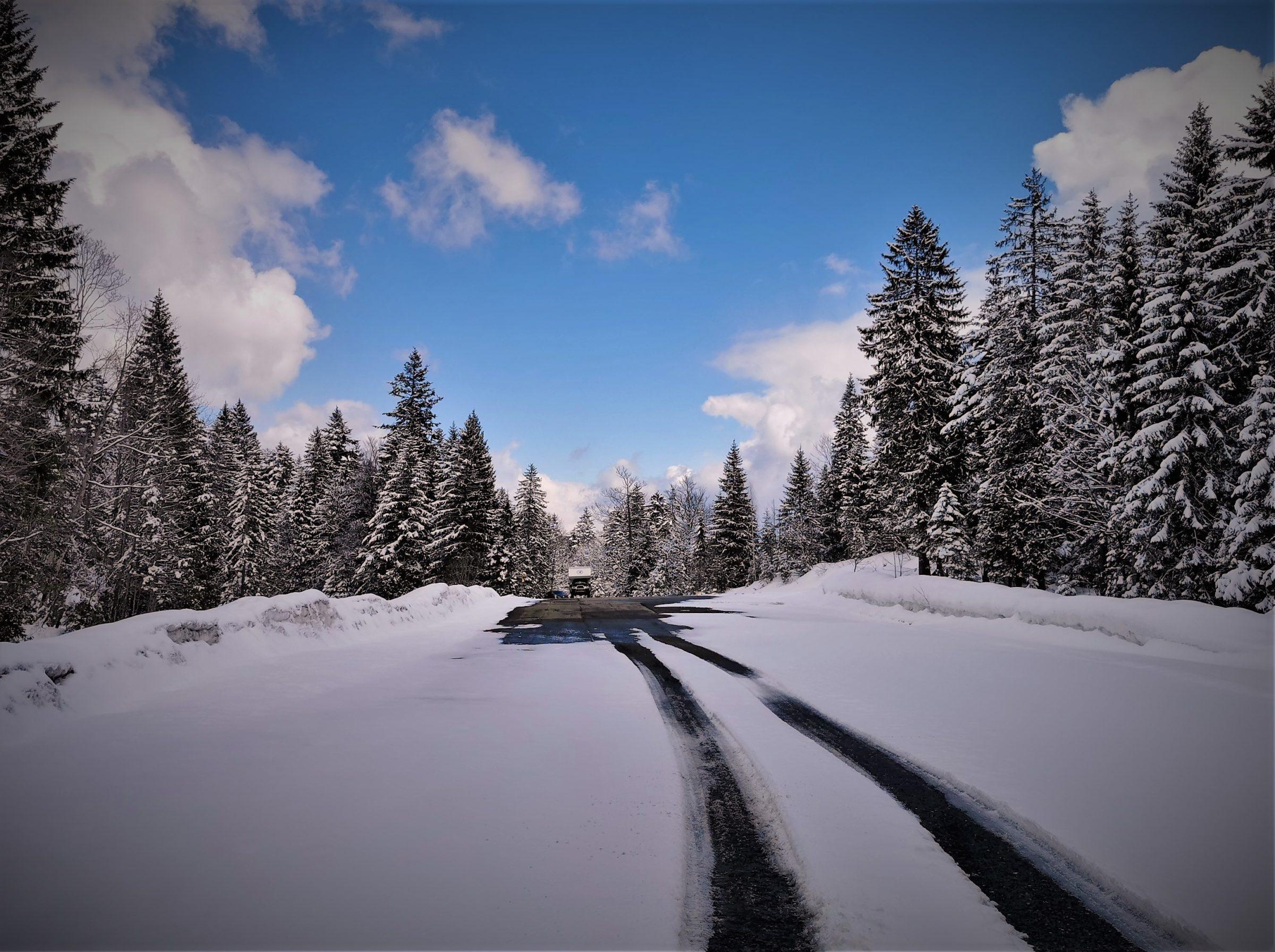 Soms zijn wegen nog besneeuwd in Zwitserland, ook in de lente en herfst