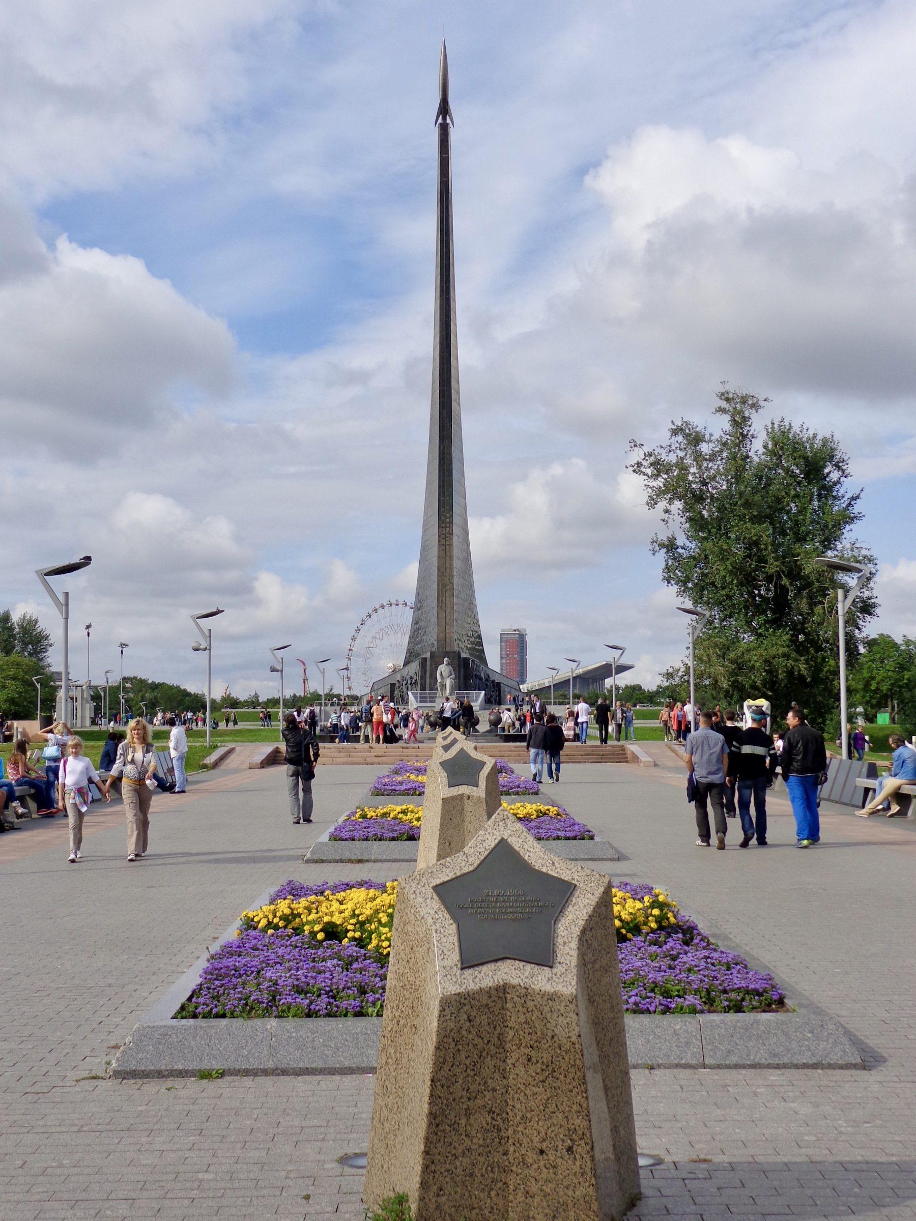 Het imposante monument van de ruimteveroveraars, Mira Prospekt, Moskou.