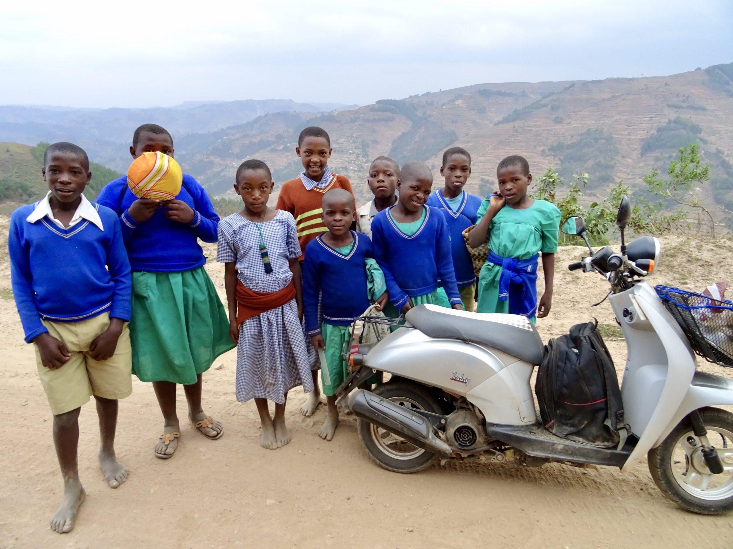 Een groepje schoolkinderen heeft me net de berg op gedrukt richting Bwindi