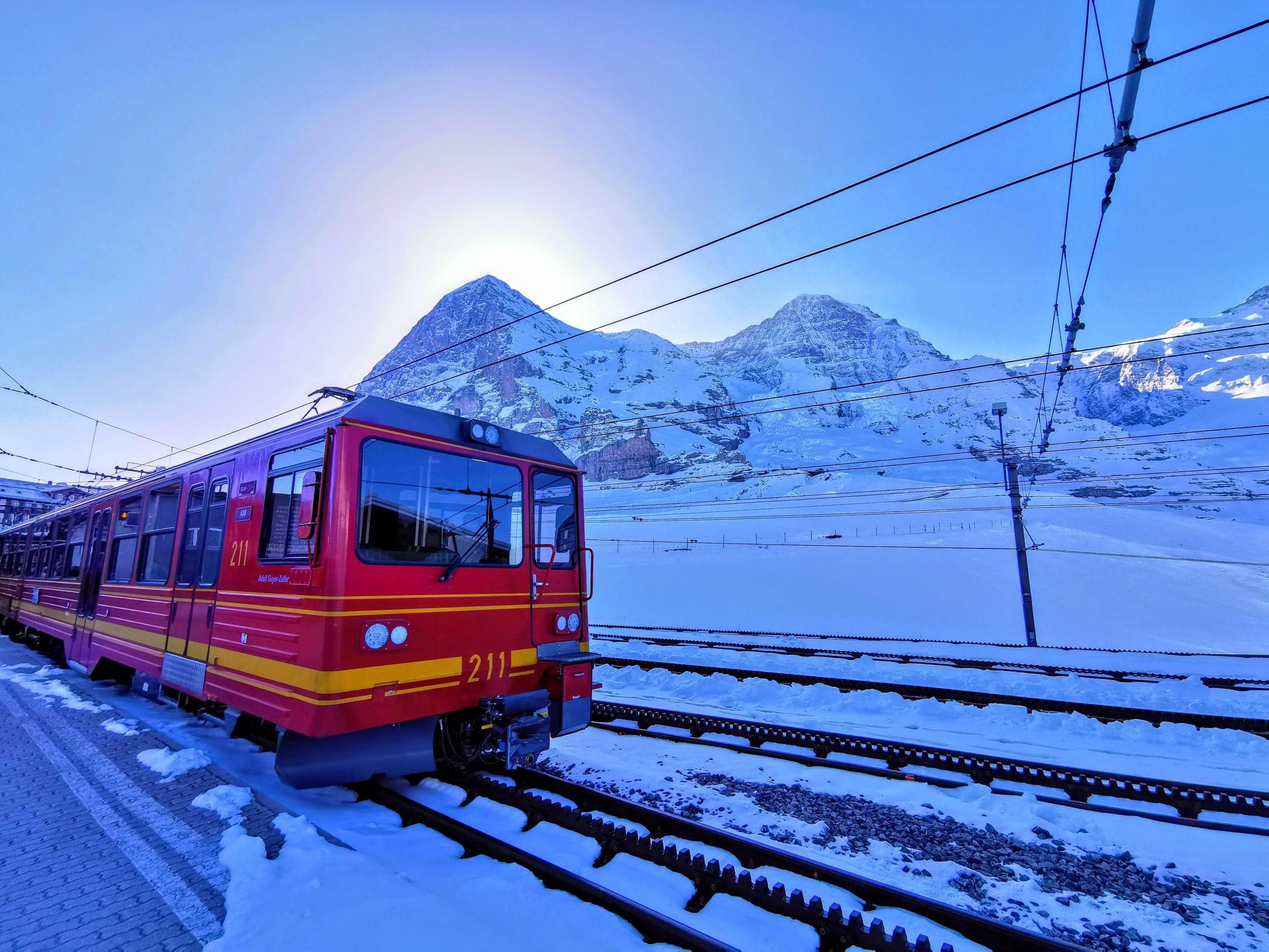 Treinstation Kleine Scheidegg met de Top van Europa in de verte