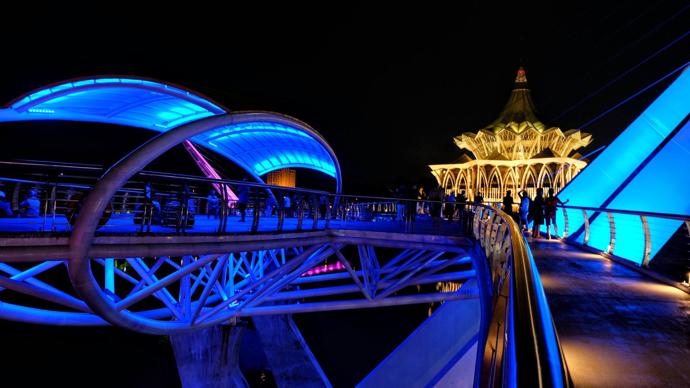 Verlichte voetgangersbrug, waterfront boulevard, Kuching
