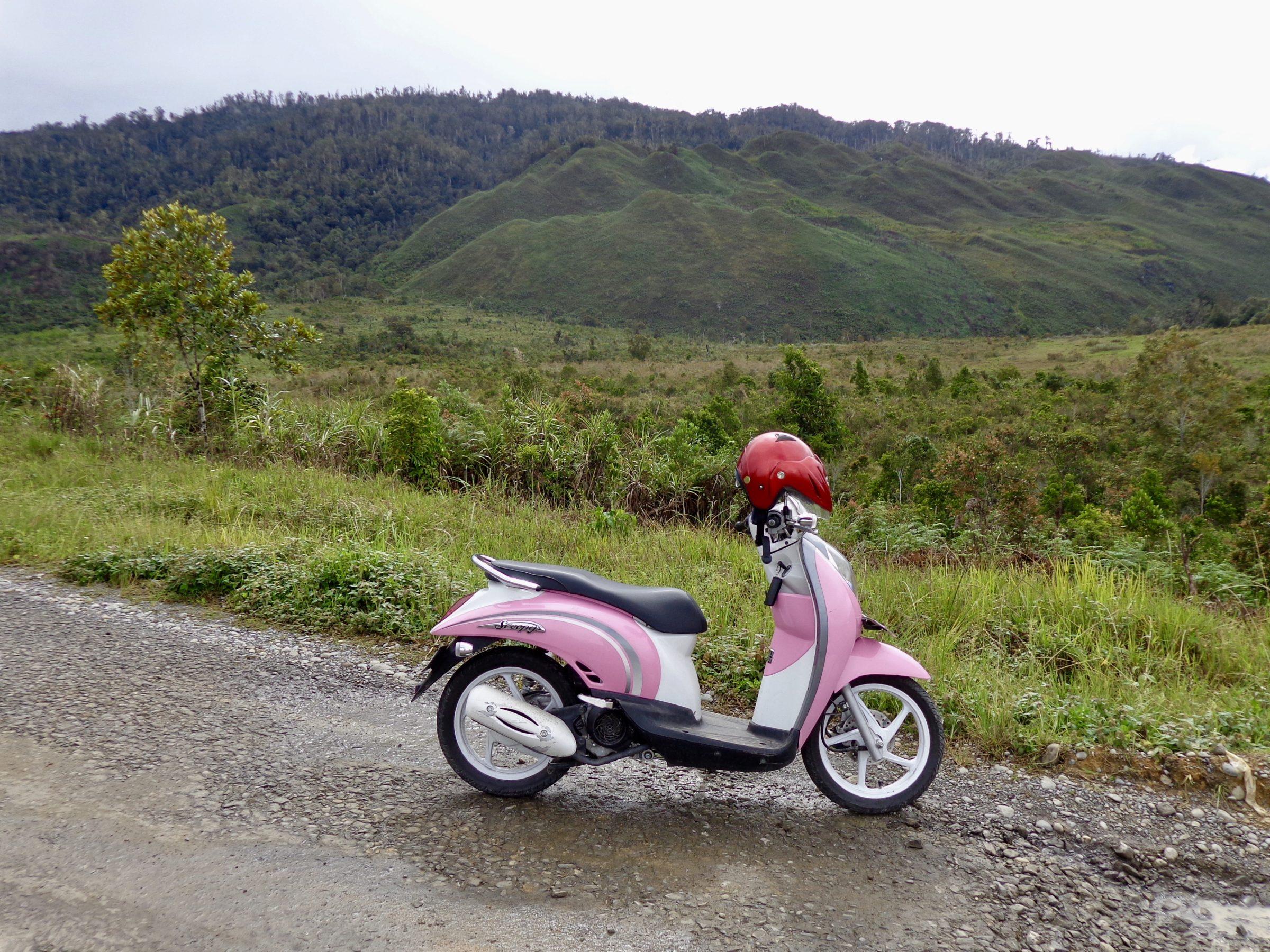 Op deze retroscooter door de Baliem Vallei, Irian Jaya