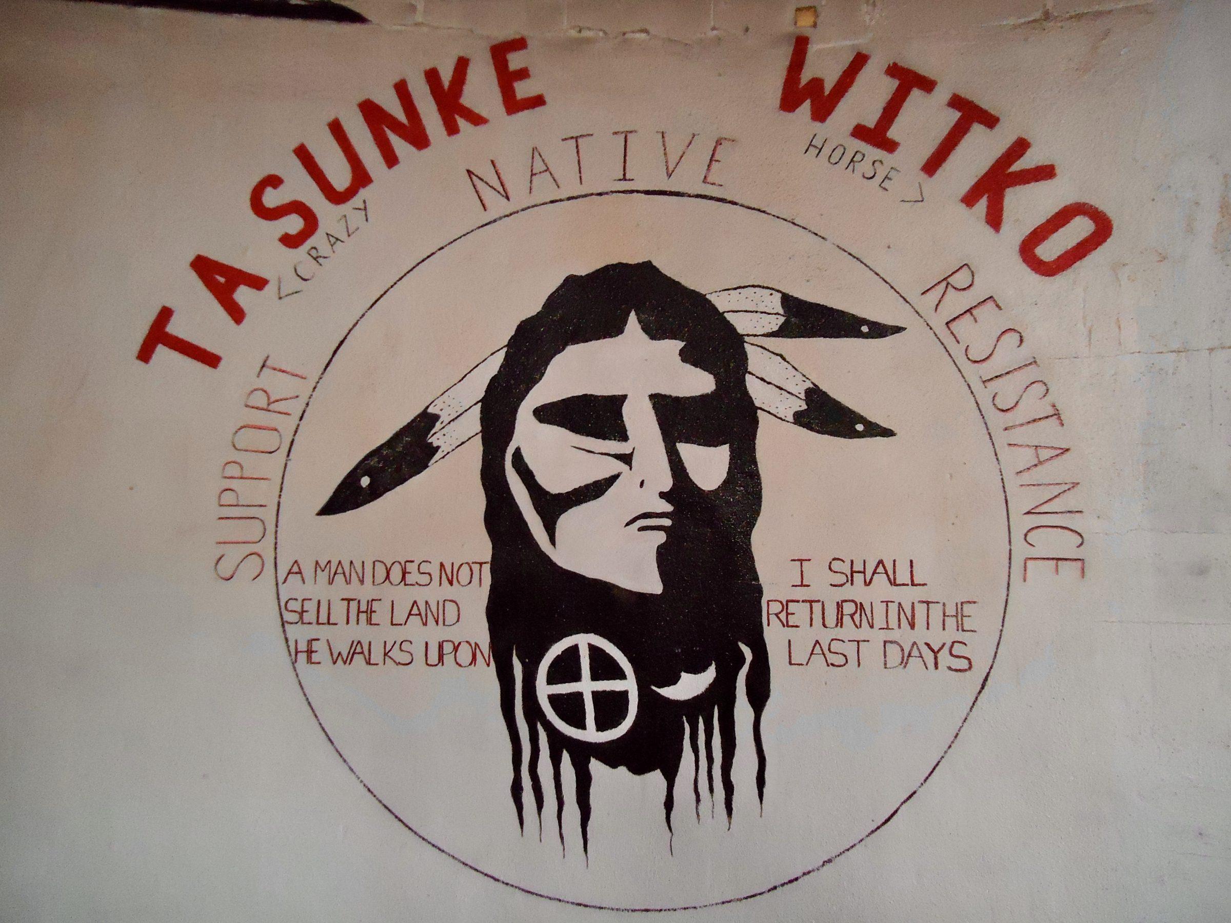 Een wandtekening in het Wounded Knee museum gewijd aan Crazy Horse